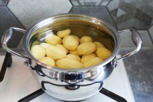 Ziemniaki zalewamy wodą